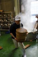 蒸した米を運ぶ