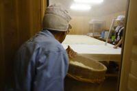 麹室に蒸米を引き込む